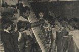 Stanisław Cichoń z grupą nowo przyjętych modelarzy do pracowni Modelarskiej przy Zakładowym Domu Kultury Zakładów Chemicznych w Oświęcimiu. (Źródło: Modelarz nr 9/1977).