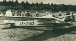 """Motoszybowiec """"Moto-Mucha Standard"""" (SP-2183) prezentowany w 1990 r. na IX Zlocie Amatorskich Konstrukcji Lotniczych i Samolotów Weteranów w Oleśnicy. (Źródło: Skrzydlata Polska nr 38/1990)."""