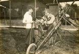 Jan Kamiński oraz jego samolot Curtiss Headless Pusher w towarzystwie młodej wielbicielki. (Źródło: Wisconsin Historical Society- www.wisconsinhistory.org).