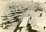 Samoloty  Curtiss Model D należące do szkoły Glenn Curtiss School of Aviation na North Island w San Diego Harbor. (Źródło: Wisconsin Historical Society- www.wisconsinhistory.org).