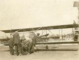 Jan Kamiński i mechanik oraz gapie podczas przygotowań samolotu Curtiss Model D do lotu. (Źródło: Wisconsin Historical Society- www.wisconsinhistory.org).