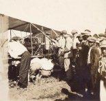 Jan Kamiński i mechanik Jack Knight dokonujący naprawy samolotu Kamińskiego podczas awaryjnego lądowania w High Point. (Źródło: Wisconsin Historical Society- www.wisconsinhistory.org).
