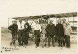 Jan Kamiński (drugi od lewej w białej koszuli i krawacie) podczas nauki pilotażu w Glenn Curtiss Aviation School na North Island, niedaleko San Diego, 1912 r. (Źródło: Wisconsin Historical Society- www.wisconsinhistory.org).