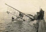 Nieudany lot próbny wodnosamolotu Curtiss Model E w zatoce San Diego. Uważa się, że pilotem, który ma zostać uratowany, jest Jan Kamiński. (Źródło: Wisconsin Historical Society- www.wisconsinhistory.org).