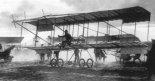 Lew Maciewicz startuje samolotem Farman. (Źródło: archiwum).