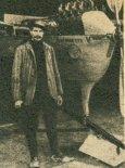 """Stanisław Dorożyński przy samolocie """"Antoinette"""" w 1909 r. (Źródło: Skrzydlata Polska nr 7/1990)."""