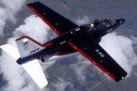 """Samolot szkolno -treningowy LTV / FMA """"Pampa 2000 International"""" w locie.  (Źródło: US Air Force)."""