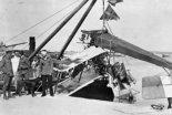 Wypadek łodzi latającej Lohner E34 Seekadetta Karola Trzaska-Durskiego (stoi z obwiązaną głową) 28.10.1915 r. (Źródło: archiwum).