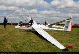 Szybowiec wyczynowy Rolladen-Schneider LS6-18w (SP-3826) na lotnisku w Michałkowie. (Źródło: Copyright Aleksander Lorenz - www.szybowce.fotoedytor.com).