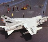 "Samolot Ling Temco Vought A-7E ""Corsair II"" z Squadron VA-27 Royal Maces na pokładzie lotniskowca USS Coral Sea. (Źródło: US Navy)."