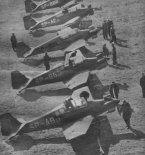 """Samoloty LWD """"Junak-2&quot na lotnisku Aeroklubu Gliwickiego. (Źródło: Skrzydlata Polska nr 6/1957)."""