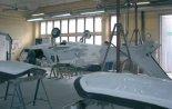 """Wnętrze hali montażowej Zakładów Lotniczych Margański i Mysłowski. Budowa kadłuba samolotu EM-11 """"Orka&#8. (Źródło: Stanisławski M. """"Awiator"""". Projektowanie i Konstrukcje Inżynierskie nr 10 (13)/2008)."""