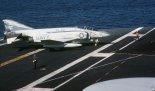 """McDonnell Douglas F-4S """"Phantom II"""" z dywizjonu myśliwskiego VF-161 """"Chargers"""", lotniskowiec USS Midway (CV-41), 1981. (Źródło: U.S. Navy)."""