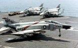 """Samolot McDonnell F-4B-28-MC """"Phantom II"""" z Fighter Squadron VF-114 """"Aardvarks"""" ląduje na pokładzie lotniskowca USS Kitty Hawk (CVA-63) po misji bojowej nad zatoką Tonkińską. (Źródło: U.S. Navy)."""