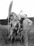 Jorge Newbery przed swoim samolotem, 1914 r. (Źródło: archiwum).
