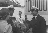 Dyrektor PLL Lot Wacław Makowski składa gratulacje pilotowi Ludwikowi Tokarczykowi z okazji osiągnięcia przez niego 1 000 000 km w służbie lotnictwa komunikacyjnego; 9.07.1939 r. (Źródło: Narodowe Archiwum Cyfrowe).