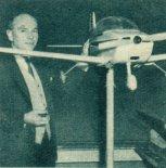 """Henryk Kazimierz Milicer przy samolotu sportowo- turystycznego Victa """"Airtourer-100&#8221. (Źródło: Skrzydlata Polska nr 2/1963)."""