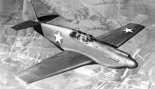 "Samolot mysliwski North American P-51A ""Mustang"" w barwach USAAF  locie. (Źródło: USAAF)."