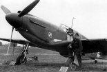 """Kpt. Jan Lewkowicz przed samolotem """"Mustang"""" Mk.I (AG648), na którym samowolnie poleciał nad Norwegię. (Źródło: archiwum)."""