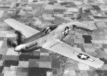 "Samolot myśliwski North American P-51H ""Mustang"" w locie. (Źródło: USAF)."
