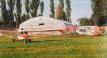 """Hangar Stowarzyszenia Lotniczego w Aleksandrowie. Na pierwszym planie samolot """"For You"""". (Źródło: Przegląd Lotniczy Aviation Revue nr 8/1999)."""
