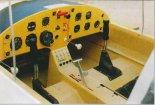 Dźwignia podwozia jest między siedzeniami. (Źródło: Przegląd Lotniczy Aviation Revue nr 11/2001).