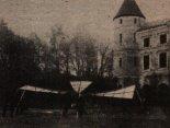 """Montaż pionowzlotu """"Stibor 2"""" przed pałacem we Wzdowie. (Źródło: Januszewski S. """"Leonardo ze Wzdowa"""")."""