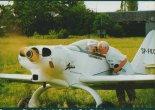 Eugeniusz Pieniążek (stoi) i Bolesław Zoń. Ostatnie uwagi przed pierwszym startem. Lotnisko Aleksandrowice, 16.06.1997 r. (Źródło: Przegląd Lotniczy Aviation Revue nr 10/1998).