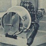 Poduszkowiec SMT po modernizacji. Wirnik obudowany pierścieniową osłoną. Widoczne dwa stery kierunkowe, uruchamiane orczykiem przez pilota. (Źródło: Skrzydlata Polska nr 16/1964).