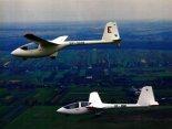 """Szybowce PW-5 """"Smyk"""" i PW-6 w locie. (Źródło: Przegląd Lotniczy Aviation Revue nr 4/2000)."""