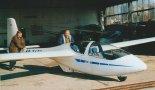 Przedprototypowy egzemplarz PW-6 wytaczany z hangaru. (Źródło: Przegląd Lotniczy Aviation Revue nr 12/2000).