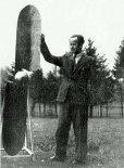 Stefan Sułkowski przy śmigło-wiatraku. Jego połówki wzorowane są na kształcie skrzydła mięśniolotu. Lata 1940-ste. (Źródło: archiwum Zbigniew Sułkowski).