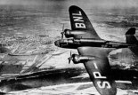 """Samolot reklamowy PZL-37 A bis """"Łoś"""" (nr 72.14, rejestracja SP-BNL). (Źródło: archwum)."""