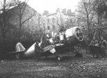 """Fotografia samolotu PZL-50A """"Jastrząb"""" wykonana przez Niemców na ul. Czerniakowskiej. (Źródło: Internet)."""