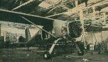 """Montaż prototypu nr 002 samolotu PZL-105 """"Flaming"""". (Źródło: Skrzydlata Polska nr 1/1990)."""