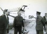 Pilot opowiada wrażenia po locie, od lewej: mgr inż. Jarosław Rumszewicz, pil. Tadeusz Pakuła, komendant komisaryczny WSK Mielec (nn). (Źródło: ze zbiorów Jarosława Rumszewicza).