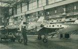 """Seria samolotów wielozadaniowych PZL M-20 """"Mewa"""" w hali montażowej zakładów mieleckich. (Źródło: Skrzydlata Polska nr 33/1990)."""