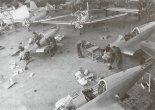 """Samoloty TS-9 """"Junaki 3"""" w hali montażowej podczas produkcji seryjnej. (Źródło: Bernard Koszewski via Aeroplan nr 4/1996)."""