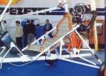 Wózek z fotelem załogi. (Źródło: Wacław Hołyś  via Skrzydlata Polska nr 11-12/1991).