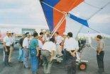 Motolotnia PZL ML-1 wzbudzała wielkie zainteresowanie na wystawie lotniczej LI¬MA '95 w Malezji. Maciej Parasiewicz udziela objaśnień zwiedzającym. (Źródło: Przegląd Lotniczy Aviation Revue nr 1/1999).
