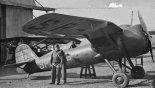 Kpt. pil. Bolesław Orliński stoi przed prototypem PZL P-24/II z cywilną rejestracją SP-ATO. (Źródło: forum.odkrywca.pl).
