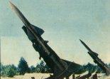 """Przeciwlotnicze zestawy rakietowe SA-75 """"Dwina"""" w służbie Wojsk Obrony Powietrznej Kraju. (Źródło: Skrzydlata Polska nr 3/1963)."""
