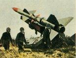 """Przeciwlotniczy zestaw rakietowy SA-75 """"Dwina"""". (Źródło: Skrzydlata Polska nr 35/1963)."""