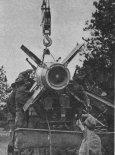 Załadunek pocisków rakietowych na samochód. Polowy dźwig umożliwia sprawne wykonanie zadania. (Źródło: Skrzydlata Polska nr 41/1976).