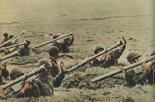 """Pododdział przeciwlotniczych zestawów rakietowych """"Strzała-2"""" w trakcie zajęć szkoleniowych. (Źródło: Skrzydlata Polska nr 9/1977)."""