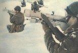 """Pododdział przeciwlotniczych zestawów rakietowych """"Strzała-2"""" gotowy do walki. (Źródło: Skrzydlata Polska nr 9/1977)."""