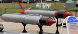 Niekierowany pocisk rakietowy S-25OFM z głowicą odłamkowo- burzącą. Pocisk z lewej strony zdjęcia umieszczony jest w wyrzutni O-25. (Źródło: archiwum).