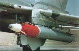 Pocisk rakietowy S-25Ł z półaktywną stacją laserową, podwieszony pod skrzydłem samolotu Su-17M4. Pociska znajduje się w wyrzutni O-25. (Źródło: archiwum).