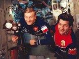Mirosław Hermaszewski oraz Piotr Klimuk podczas pobytu na stacji kosmicznej Salut-6. (Źródło: archiwum).