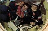 Piotr Klimuk oraz Mirosław Hermaszewski podczas pobytu na stacji kosmicznej Salut-6. (Źródło: archiwum).